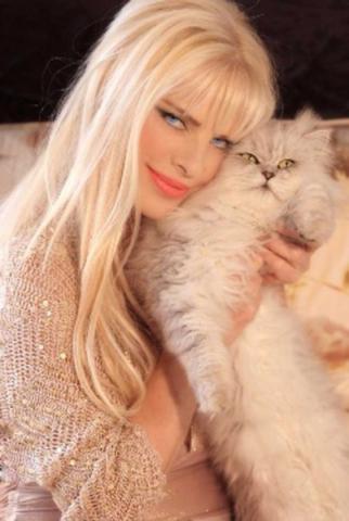 Cicciolina e il suo gatto Nuvola