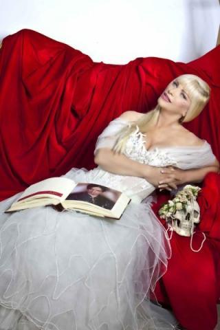 Cicciolina testimonial di vestiti da sposa