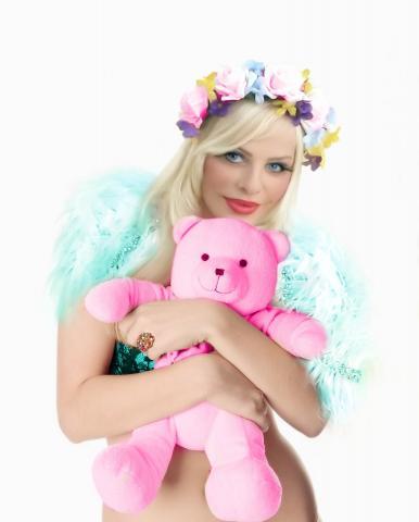 Cicciolina e il suo orsacchiatto rosa