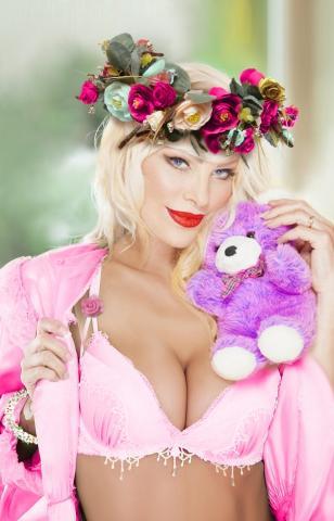 Cicciolina con l'orsetto rosa